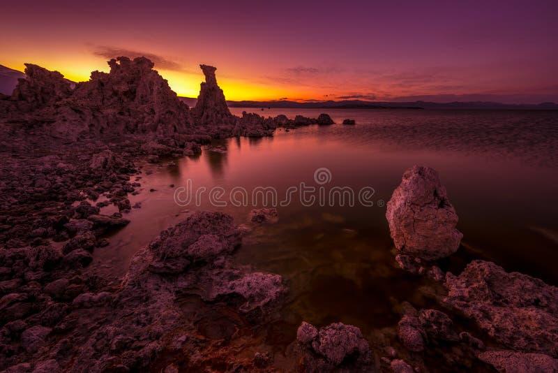 Mono lago após o por do sol imagem de stock