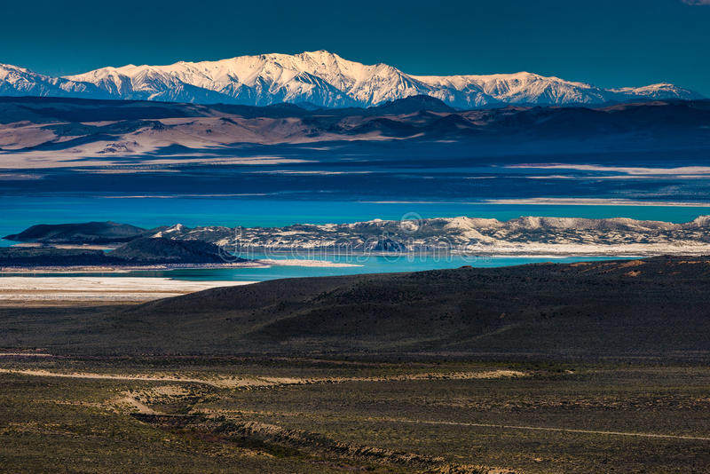 Mono lago com Sierra Nevada no fundo imagens de stock royalty free