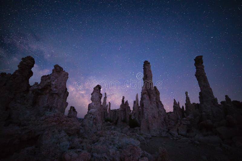 Mono lago in corso la Via Lattea fotografia stock libera da diritti