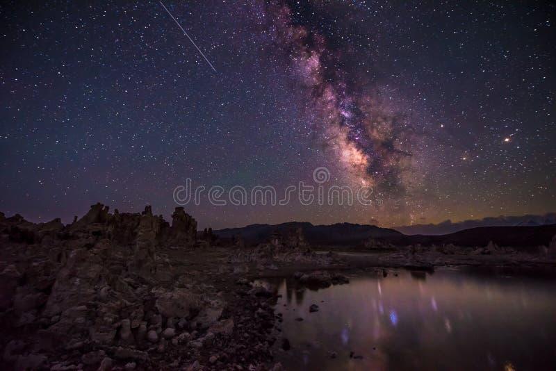 Mono lago em paisagens de Califórnia da Via Látea da noite fotografia de stock royalty free