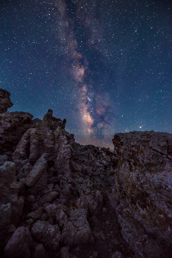 Mono lago em paisagens de Califórnia da Via Látea da noite foto de stock royalty free