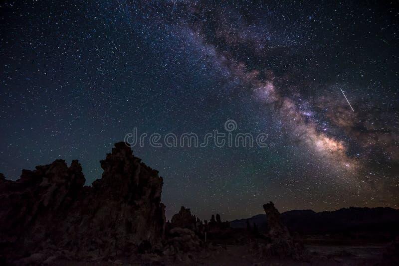 Mono lago em paisagens de Califórnia da Via Látea da noite fotos de stock