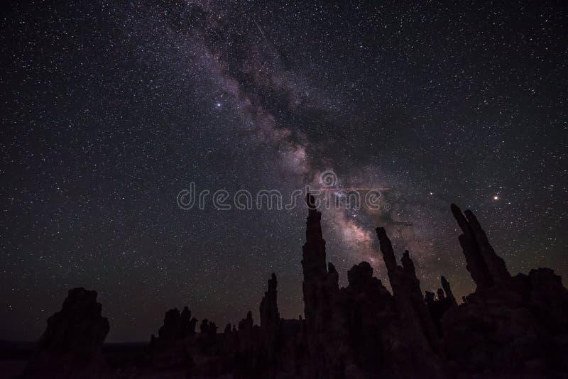Mono lago em paisagens de Califórnia da Via Látea da noite fotos de stock royalty free