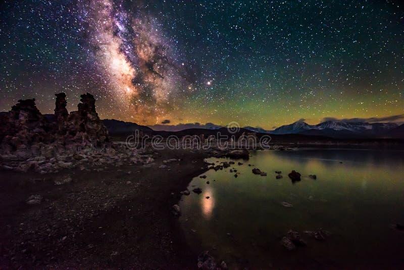 Mono lago em paisagens de Califórnia da Via Látea da noite imagens de stock royalty free