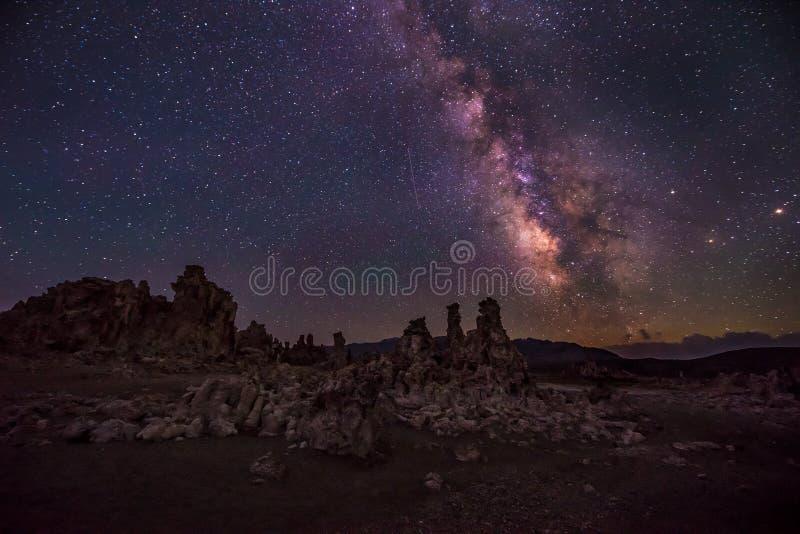 Mono lago em paisagens de Califórnia da Via Látea da noite imagem de stock royalty free