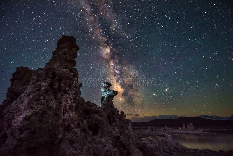 Mono lago em paisagens de Califórnia da Via Látea da noite imagens de stock