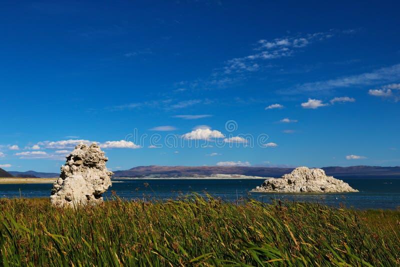 Mono lago, un lago salino grande, bajo de la soda en el condado de Mono, California, con formaciones de roca de la toba volcánica imágenes de archivo libres de regalías