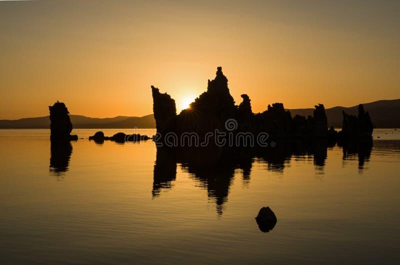 Mono nascer do sol do lago imagem de stock