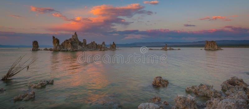 Mono panorama do por do sol do lago fotos de stock