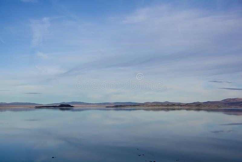Mono reflexão do lago foto de stock