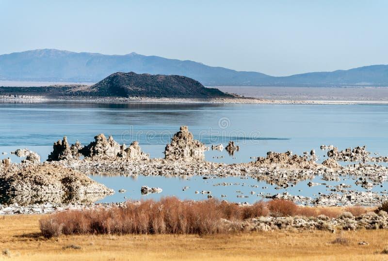 Mono rocha do tufo do lago imagens de stock