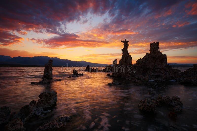 Mono sjö på solnedgången royaltyfri bild