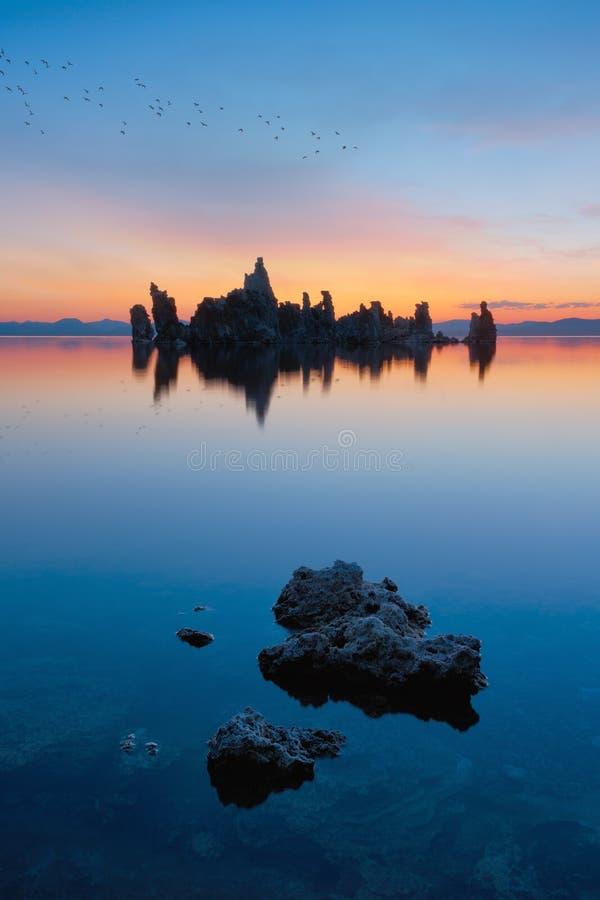 Mono sjö på soluppgång arkivbild
