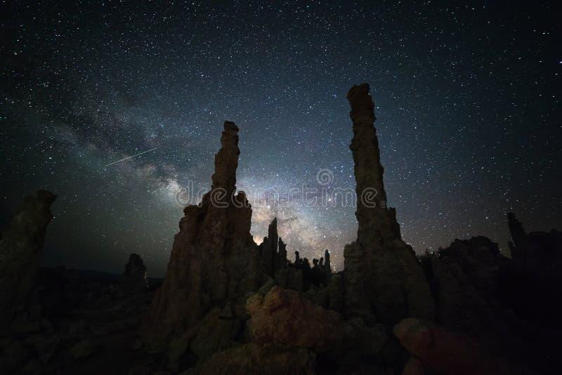 Mono sjö under Vintergatan arkivbilder