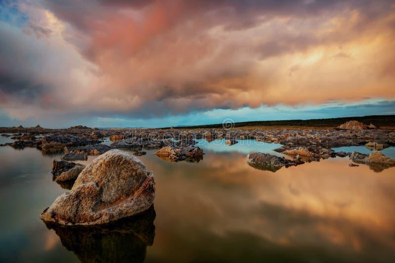 Mono sjösolnedgång arkivfoton
