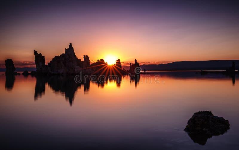 Mono sjösolnedgång royaltyfri foto