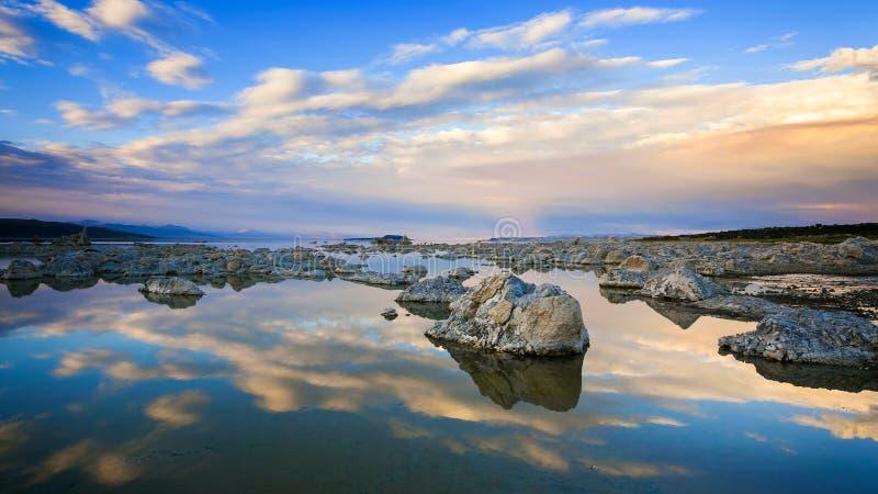 mono solnedgång för lake royaltyfria foton