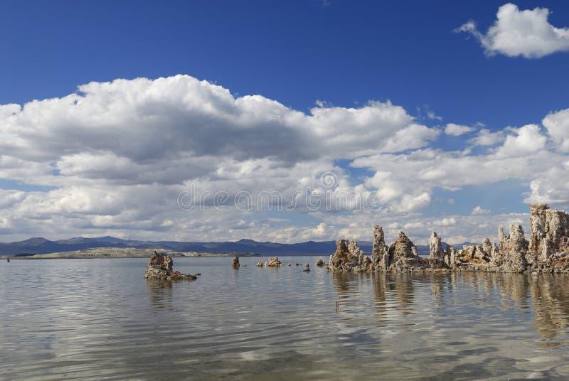 Mono tufo del lago in California orientale immagini stock