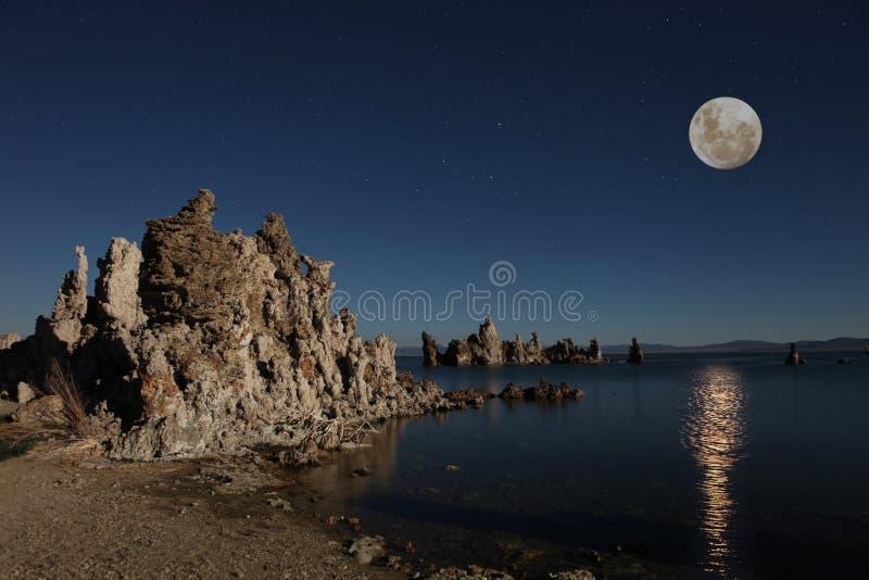 Mono tufos do lago com a lua imagem de stock royalty free