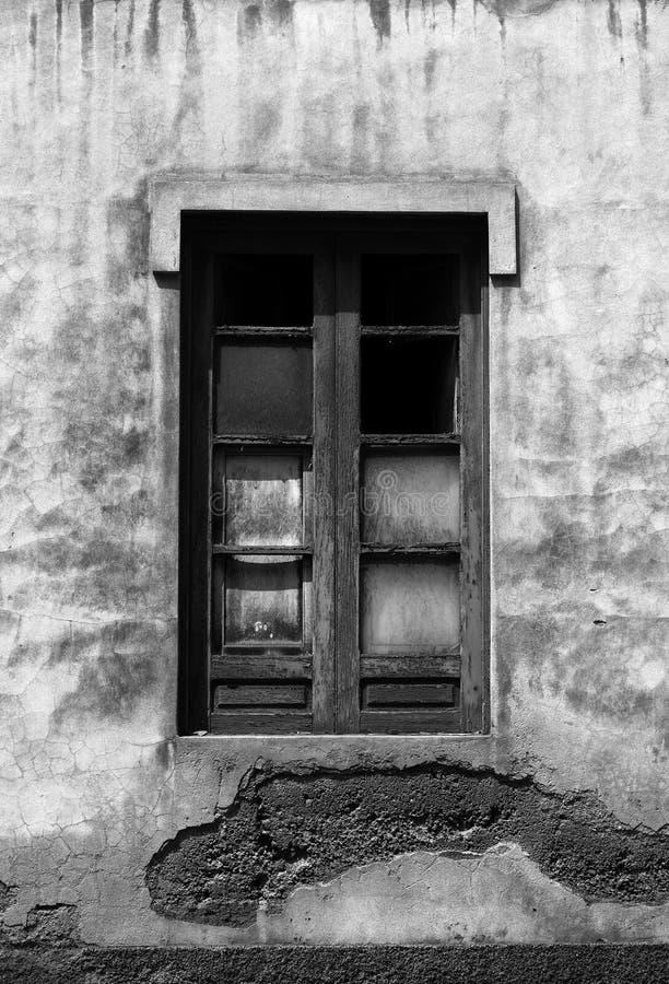 Monochorme在流浪汉的被打碎的窗口放弃了房子 库存图片