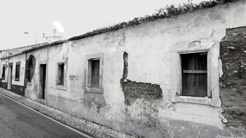 Monochrom verließ alte Häuser in Portugal stockfoto