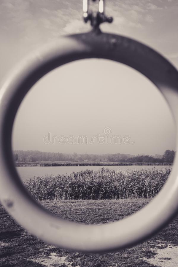 Monochromatic sikt till och med cirkel på sjön och vasserna fotografering för bildbyråer