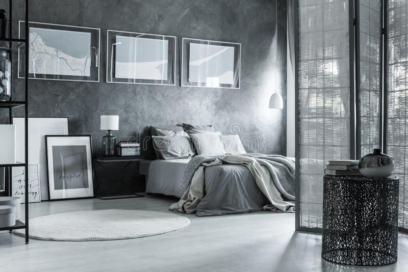 Monochromatic szara sypialnia, mieszane tekstury obrazy stock