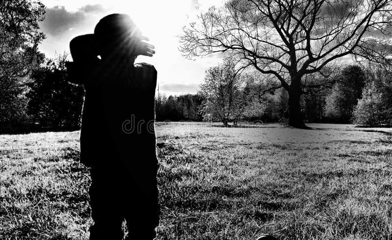 Monochromatische inspiraties: een jongen royalty-vrije stock afbeelding