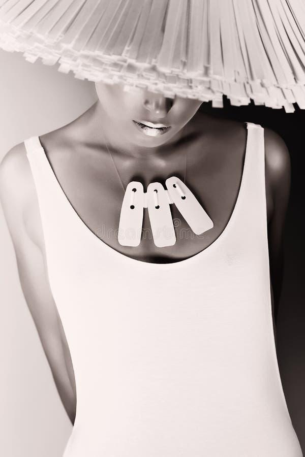 Monochromatyczna splendor kobieta w białym kapeluszu i ciele obraz royalty free
