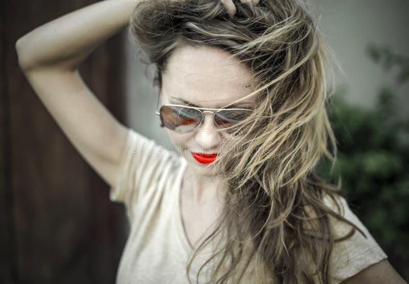Monochromatyczny portret młoda piękna kobieta obrazy stock