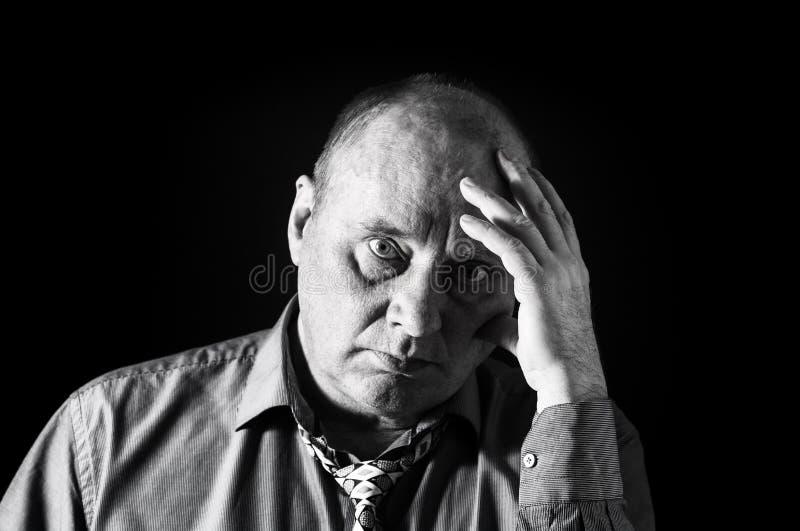 Monochromatyczny portret zadumany biurowy urzędnik przeciw czarnemu tłu obrazy stock