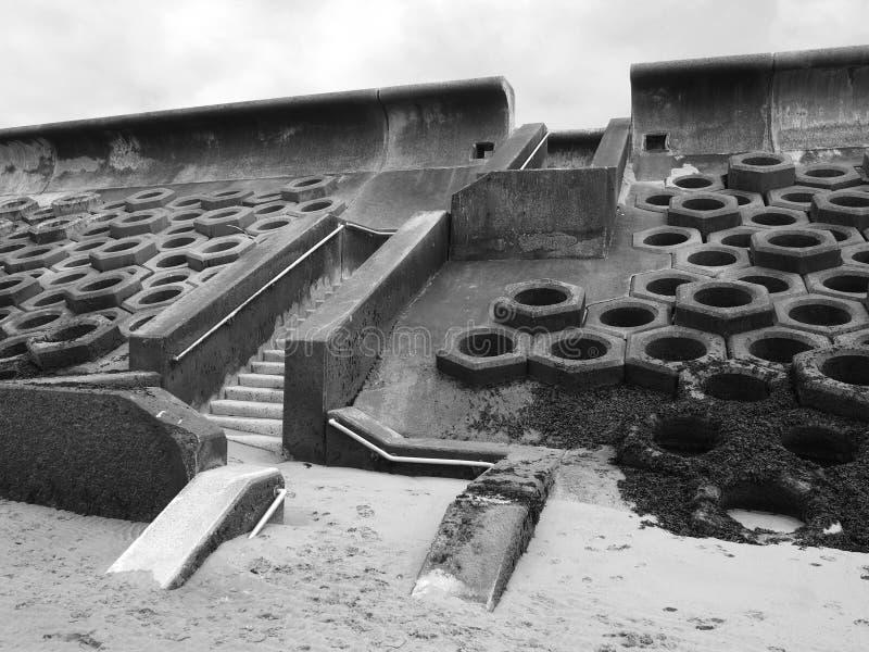 Monochromatyczny wizerunek nadmorski południe Blackpool budował betonowy honeycomb typ struktura z krokami prowadzi bea zdjęcie stock