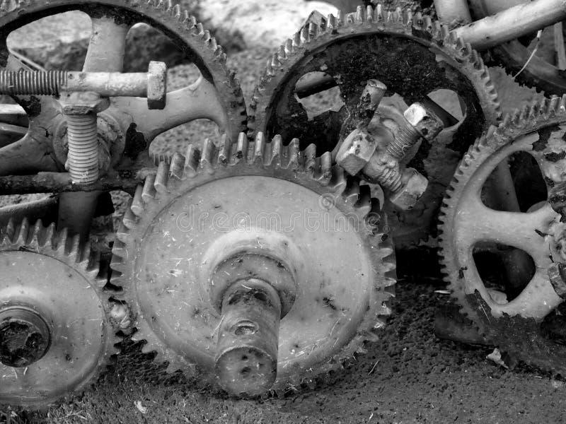 Monochromatyczny wizerunek starzy rdzewieje cogwheels z łamanymi zębami i ryglami obrazy royalty free