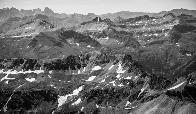 Monochrome ландшафт скалистой горы изрезанный былинный стоковое изображение rf
