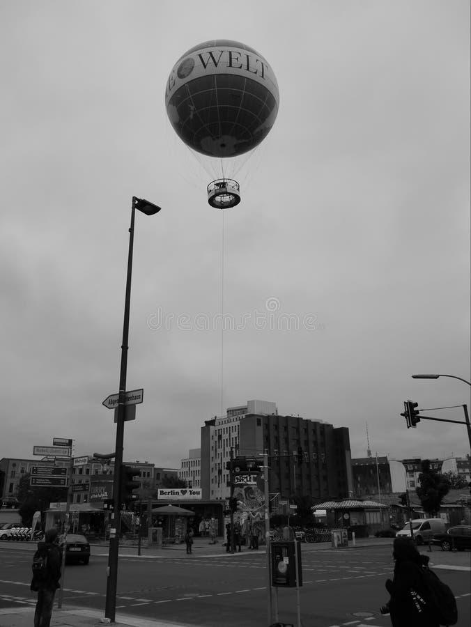 Monochrome баллон привязанный к земле над улицей стоковая фотография rf