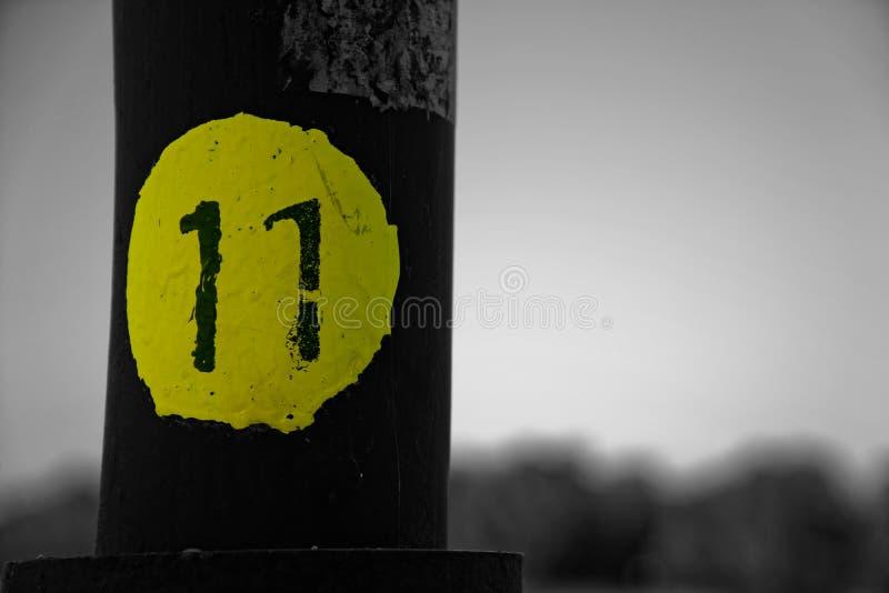 Monochrome желтый выделенный штендер конца-вверх макроса стальной с 11, defocused предпосылка стоковое фото