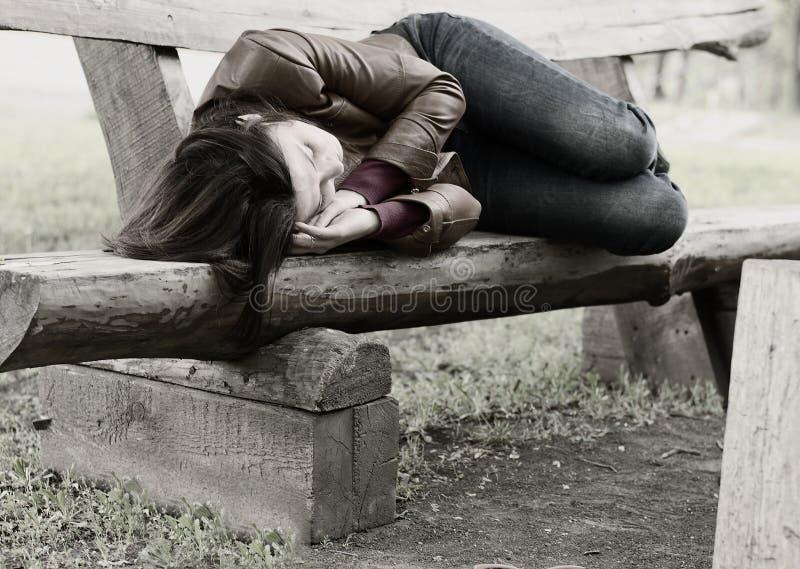 Monochrome изображение женщины на скамейке в парке стоковая фотография rf