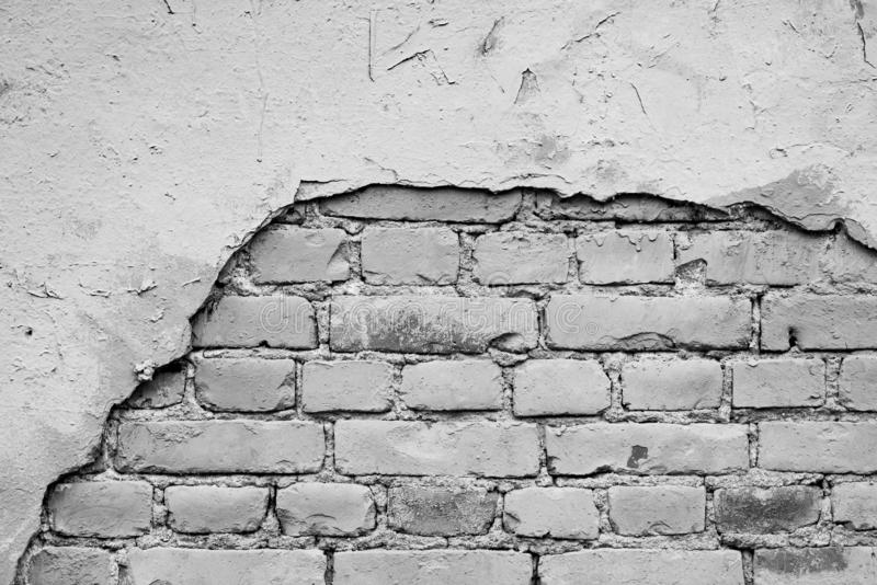 Monochrome кирпичная стена с отверстием от упаденное с гипсолита стоковая фотография rf