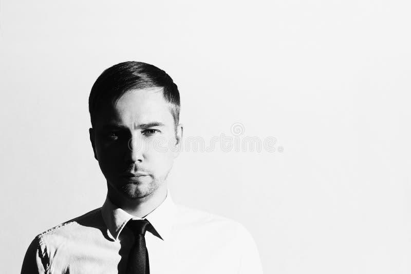 Monochrome красивый человек в связи Бизнесмен Молодой человек Бизнес стоковое изображение rf
