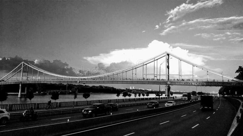 Monochrome пешеходного моста в Киеве стоковое фото rf