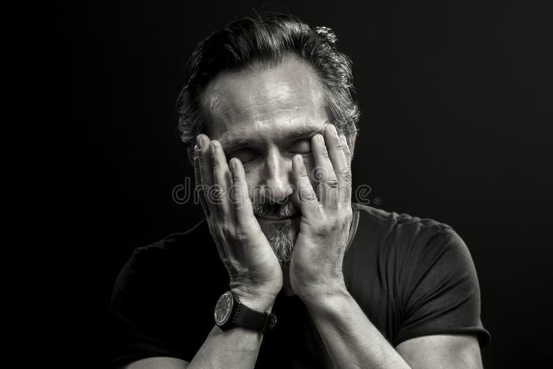 Monochrome портрет зрелого человека в кризисе стоковое фото rf