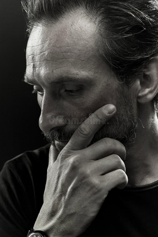 Monochrome портрет зрелой мужской показывая эмоции скорбы стоковое фото