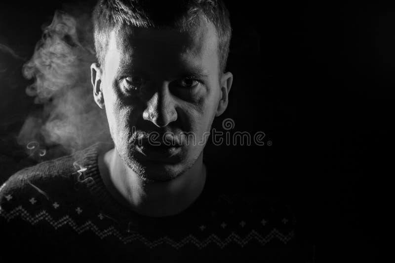 Monochrome портрет молодого человека который сердит и имеет плохое emot стоковые изображения rf