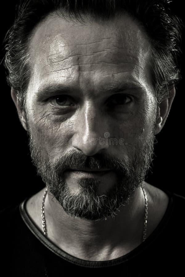 Monochrome портрет самоуверенного зверского человека стоковое фото rf