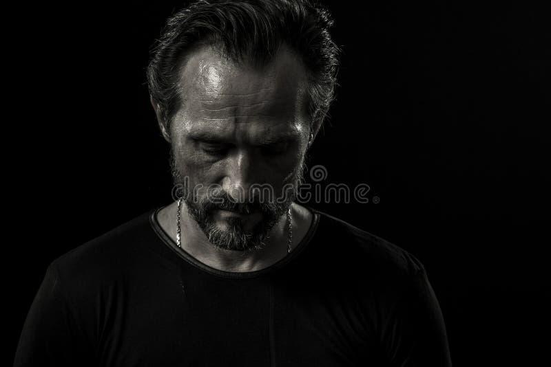 Monochrome портрет сиротливого зрелого человека на черном фоне стоковое фото rf