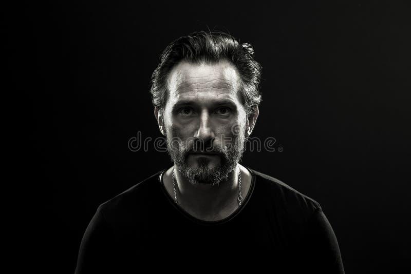 Monochrome портрет среднего постаретого сиротливого человека стоковые фото