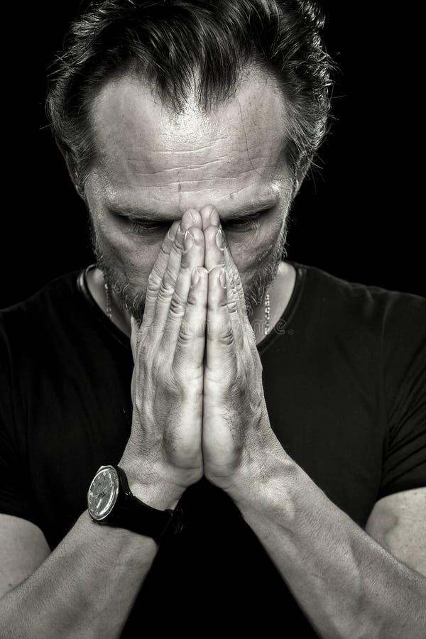 Monochrome портрет человека осадки показывая эмоцию глубокой скорбы стоковая фотография