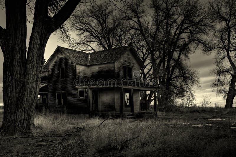 Monochrome assombrado da casa foto de stock royalty free