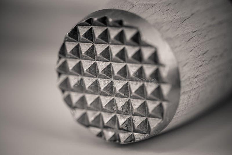 Monocrome makro som skjutas av en träkötttenderizer, metallslut royaltyfria foton