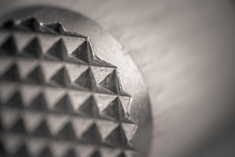 Monocromemacro van een houten vleesvermalser wordt geschoten, metaaleind dat stock foto